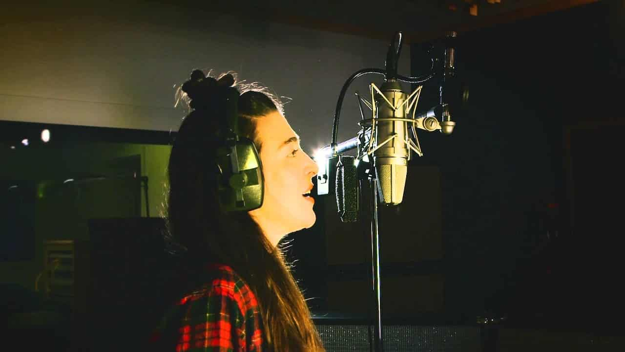Femme qui chante dans un micro