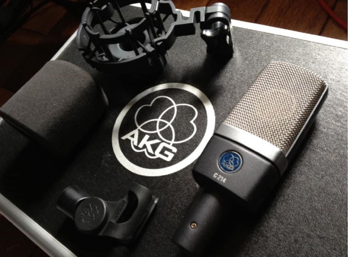 L'AKG C214 est un transducteur électrostatique et figure parmi les meilleurs micros pour hip-hop et rap