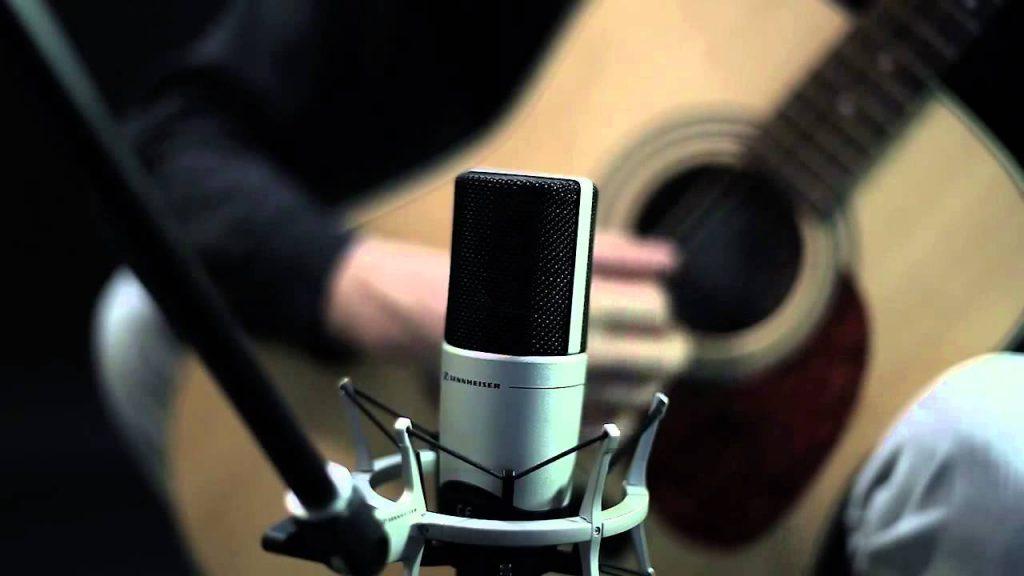 les microphones à condensateur conviennent surtout à des utilisations en studio.