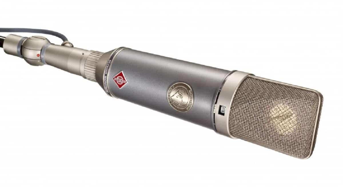 Un microphone qui possède une large amplification pour capter les sons à haute fréquence.
