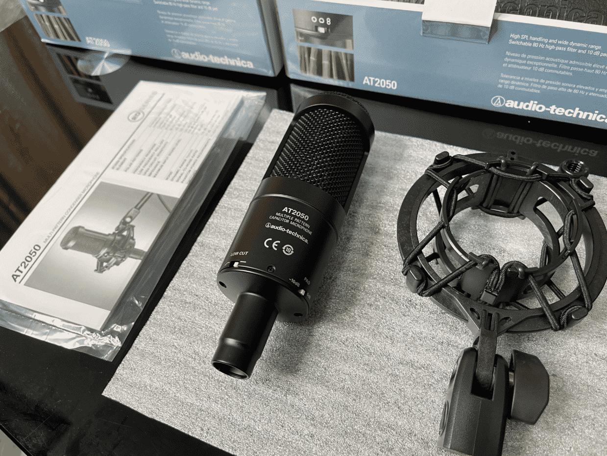 L'Audio-Technica AT2050 se dote d'un adaptateur en col-de-cygne de haute qualité.